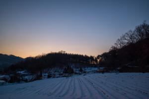 A snow covered farm at dusk in Hongcheon, South Korea (P.M. Lydon, FinalStraw | CC BY-SA)